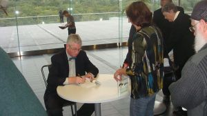 800px-Frans_de_Waal_signing_books_at_the_University_of_Auckland